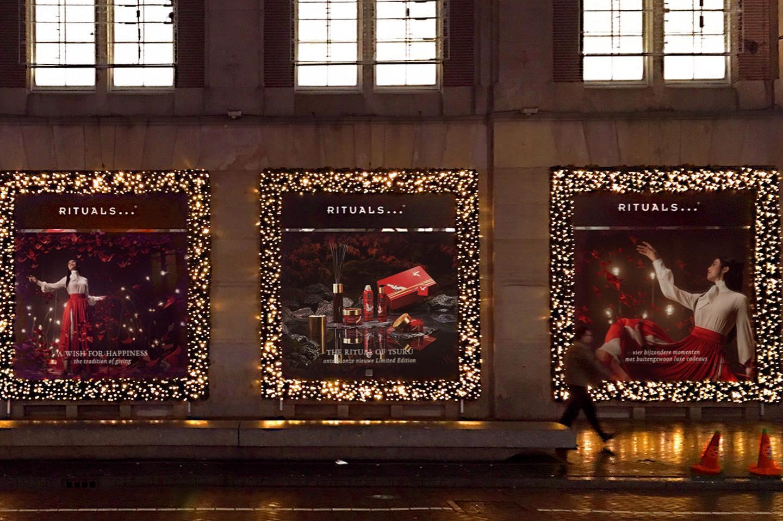 So proud to see the Tsuru campaign for @ritualscosmetics in Amsterdam city center! more SOON! Production Company: @newamsterdamfc Creative Director: @snoodkapje Direction: @mennofokma Ass.: @alexbergerstudios Retouch: @retatchi_amsterdam EP: @laurahannewijk Producer: @marlieshuisman1985 Art: @artdept.nl Audio: @audentity VFX: @studiotheoutpost